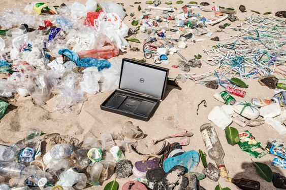 Ocean_plastic_oackaging_by_the_beach